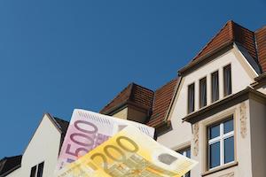 Ein Haus und Euro Geldscheine, Steuern zahlen, Spekulationssteuer berechnen